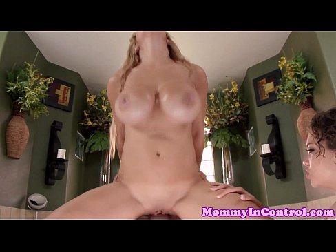 Pornstar Alyssa Lynn cumswapping in threeway