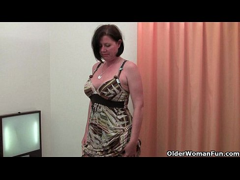 Curvy mature maman en bas toying chatte poilue