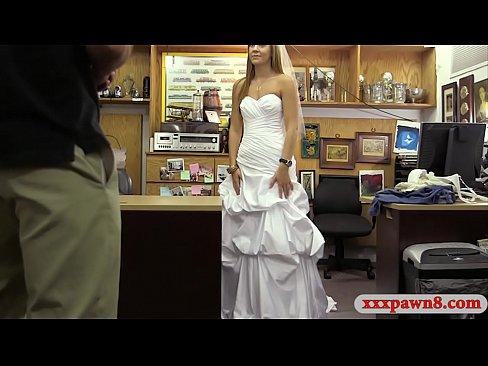 Schone amateur babe in Ihr Hochzeit Kleid gibt Kopf und bekommt Ihre muschi schlug wirklich gute von bosen verpfanden Huter