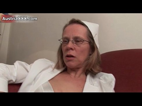 Mature woman working her cunt