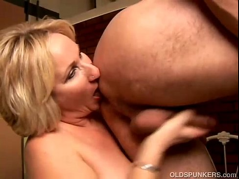 Amateur mature granny gives a rimjob-3067