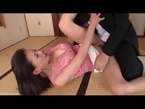 Esposa infiel mientras el marido esta viendo la