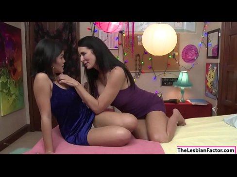 Curvy Lesbian Pussy Licking