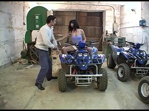 Paar fickt in der Garage - German