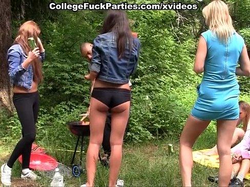 estudiante de fiesta en el bosque