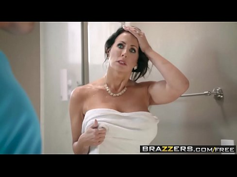 Brazzers - Mommy Got Boobs - Guardar Las Tetas escena protagonizada por Reagan Foxx y Jessy Jones