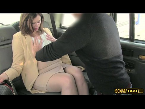 Hottie de office manager se apisonada duro en el taxi