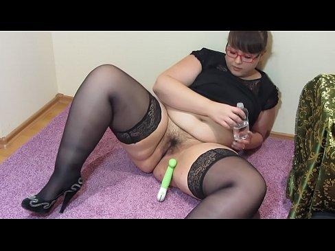 Pausa para la masturbacion. La grasa maestro en las medias se folla a un peludo cono con un juguete sexoual, y hace un fisting hasta el orgasmo.