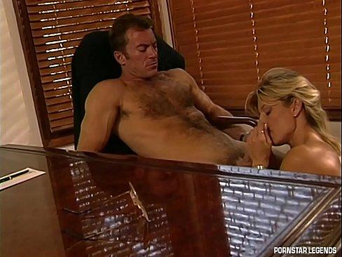 Busty MILF segretario Danielle Rogers ottiene una figa cazzo sul boss sedia