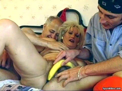 Haarig oma erfreut sich zu dritt
