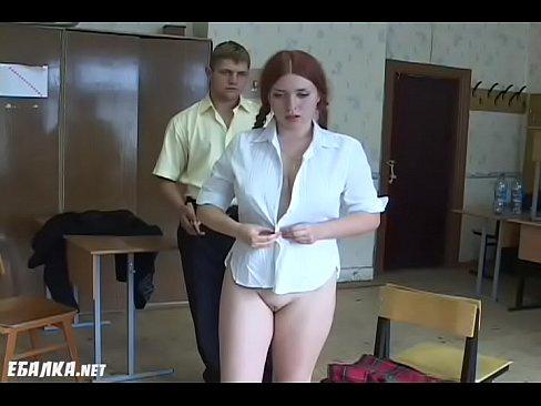 Redhead na ruise schoolcailini faigheann bhuailti ag an muinteoir. Bdsmmasters.com