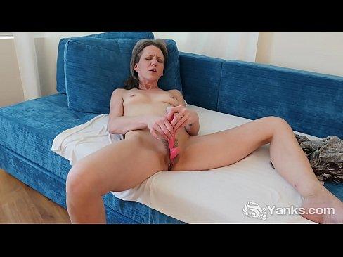 Dulce amateur MILF de Yanquis Miqueas Reed jugando con el cono hasta el orgasmo