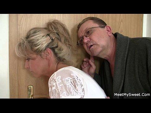 El sale y padres viejos seduce a su delicioso GF
