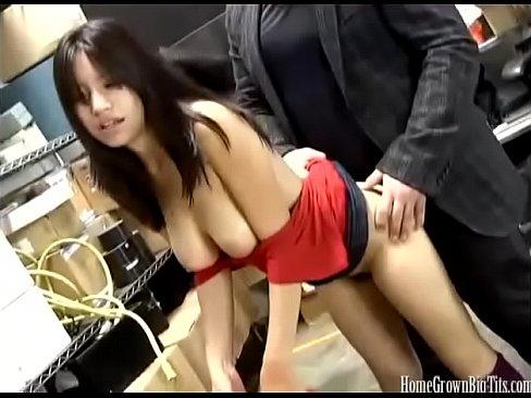 Asian amateur mit gro?en Titten fickt bei der Arbeit