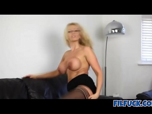 Hot MILF gives you JOI